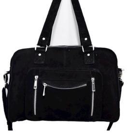 Sælger min Nunoo Mille ruskinds taske hvis rette bud kommer.  Den er købt sidste år lige inden jul, og ny pris var 1500kr. Den har været brugt til skolebrug, men der er ikke tydelige tegn på slid overhovedet.  Skriv pb og jeg sender nogle billeder af den.   Byd! :)