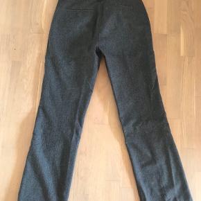 Lækre bukser m. Vidde. 60% uld 40% Pol. mærke: Claudia. Har en repareret skade nederst på benet (se billede) Kan ikke ses, når bukser er på.