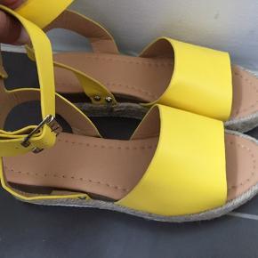 Fineste solgule sandaler med ankelrem og spænde. Bløde og behagelige at have på. Helt nye og ubrugte, da de er en my for store til mig, som er 37/37,5🤥 Ny pris 449kr  Klik på foto ved 'mød sælgeren', og se alle mine fine ting🌺