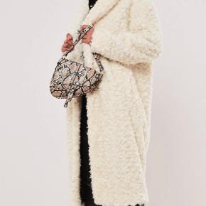 Petite teddy coat fra missguided i str  xs. Hvid/creme farvet. En smule for stor til mig. Helt ny med prismærke.  Faux fur, sidelommer, og open front (ingen knapper el. Lign. Til at lukke den)