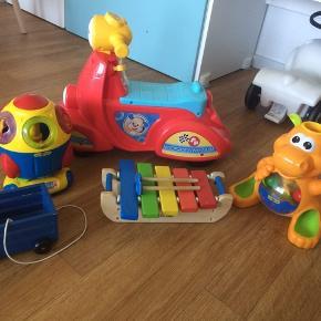 Play2learn raket inkl tilbehør 40kr Play2learn Hippo inkl bolde og hammer 40kr Smallstuff vogn blå 50kr Kidswood xylofon 50kr Fisher price motorcykel 50kr  Samlet 200kr