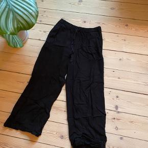 Sorte løse bukser med bindebånd og elastik i taljen samt side lommer. Mærke: lights before dark. Kan sendes og hentes på Frederiksberg.