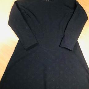 """Super fin kjole i """"rigtig"""" stof. Nypris 600, kun brugt et par gange Str. 110-116"""