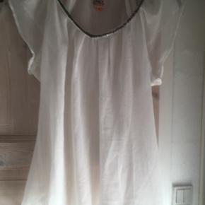 Mærke: Only Størrelse: 36 Farve: Råhvid  Blusen: gennemsigtig bluse med perlekant   Pris 50 kr
