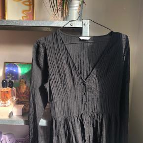 Super fin kjole fra envii - købt for lidt over en måned siden, men aldrig brugt, da den desværre er en smule for lille over brystet. byd gerne ✨