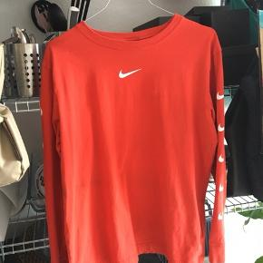 Bluse fra Nike i en str M. Jeg købte blusen over trendsales, men sælger den igen da jeg slet ikke har brugt den. Der er er mærke på blusen - som kan ses på billederne - men jeg tror det kan gå af i vask 🌸