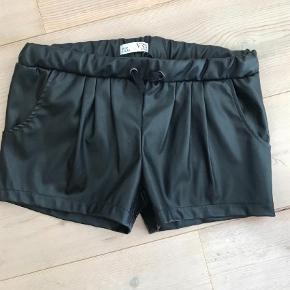 Brand: VRS Junior Varetype: Shorts i imiteret læder Farve: Sort Prisen angivet er inklusiv forsendelse.