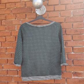 Fin 3/4 trøje fra Veto moda i grøn med hvide prikker.   Befinder sig på Langeland, men kan efter aftale transporteres til enten Svendborg eller København.