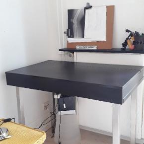 Super fint skrivebord, som ikke fejler noget, men trænger til et nyt hjem.