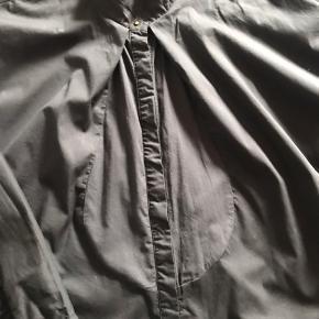 Fin skjorte fra Day med skønne detaljer. Lidt brede ærmer og forrest på skjorte et stykke tyndere stof end selve skjorten.