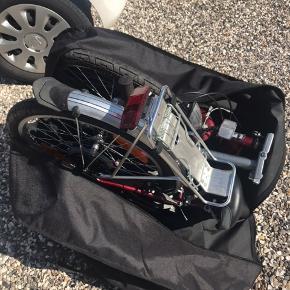 """Foldecykel mærket Greenfield.  En """"skratte""""-lyd fra bagskærmen men har ingen påvirkning på køre evnen. Alle vigtige funktioner virker perfekt: håndbremse, 7 gear, 2 nye 20"""" dæk, forsikringsgodkendt nøgle lås, magnet for- og baglygter.  Hvis transportposen ønskes med er det 100,- ekstra. Den er 3 mdr gammel og nypris er 299,-"""