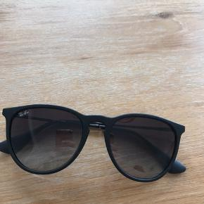 Rayban solbriller købt i Profil Optik. Brugt og har små enkelte brugstegn på glasset. Ikke noget med man ligger mærke til.