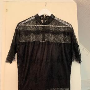Fin bluse fra Moss Copenhagen, ikke brugt særlig meget, sælges på grund af flytning.   Ny pris: 300 kr.  Størrelse: xs