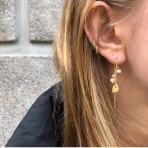 Smukke øreringe med farvet ferskvandsperler. Laves i fersken/lyserød eller lyseblå og forgyldt Sterling sølv eller Sterling sølv. Materialerne er stemplet 925