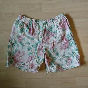 Højtaljede shorts med syrener på. Størrelse ukendt , men jeg gætter på medium / large . De måler ca. 2x37 i taljen og er med elastik . 😊  Der er nogle små mørke prikker på et sted. Se billeder.   🔎 Andre søgeord:  Blomster , blomstrede , vintage , retro