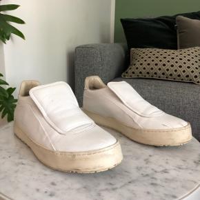 Super fine hvide læder Sneakers fra Mason margiela. Nyprisen var 3500,-   Bytter ikke!    Bud er bindende, så tænk dig om før du byder. Melder alle useriøse henvendelser til Trendsales, der ikke overholder aftaler.