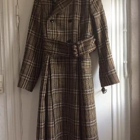 TOGA  TOGA ARCHIVES Frakken er professionelt syet mindre i skulderne. Knapperne er rykket, så frakken er en anelse mindre, disse rykkes nemt tilbage.  Made in Japan.