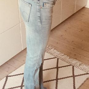 """Varetype: Jeans Størrelse: 26 Farve: Blå Oprindelig købspris: 750 kr. Prisen angivet er inklusiv forsendelse.  #Trendsalesfund  Fede Levis boot cut jeans med slidtage... Har tilladt mig at skrive """"aldrig brugt"""", da jeg har haft dem på i meget kort tid og ikke brugt dem siden, som et par prøverums-prøvninger i butikken.   De super fede, og hotte hotte hotte lige nu."""