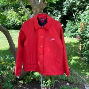En super fed Tommy Hilfiger jakke i rød  Skriv endelig for flere billeder :)