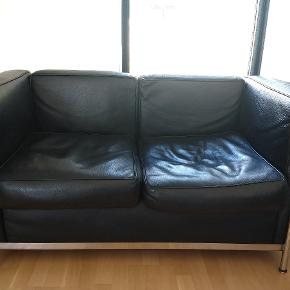 Le Corbusier sofaer. Lidt slitage (se foto), man kan se, at puderne er siddet til, og ellers har læderet den rette patina. Der er  taget hensyn til fejlene i prissætningen. Pris pr. stk 1.500. Køb begge for 2.500 kr. Afhentes i Køge