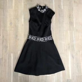 Denne flotte vintage 60'er kjole er i virkelig fin stand trods alder. Gav selv 500kr for den for længe længe siden. Kjolen passer en lille nips og passes kun af en str xxs og/ eller xs.  Sort / Hvid Petite