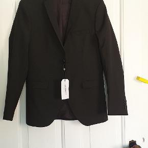 Helt ny blazer fra Selected Homme, stadig med tags, str 46 i sort. (Nypris 1100 kr.)