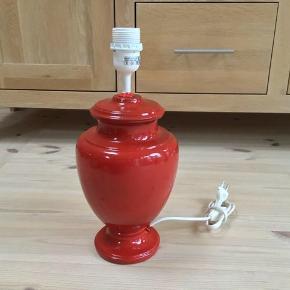 Rød bordlampe med afbryder i ledning Fungerer perfekt 36 cm høj