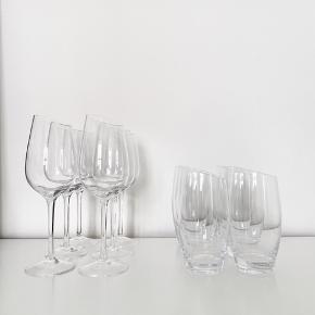 9 stk. Eva solo vinglas (6 stk Riesling glas og 3 stk. Syrah) & 6 stk. Eva solo vandglas.   På billederne ses kun Riesling- & vandglas. Sender  gerne billeder af Syrah glassene - der var ikke plads til dem på første billede 😊  Har aldrig været brugt og har blot stået i skab siden køb. Skal afhentes på Frederiksberg.