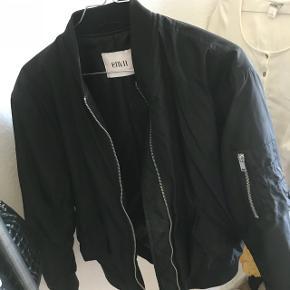 Sort bomber jakke fra Envii. Den er købt sidste efterår, men fik den aldrig rigtig taget i brug. Den kostede 750kr. Ser ud som ny Størrelsen er xs, men den er meget oversize. Jeg bruger normalt M i alt, og jeg den har ikke været oversize på mig:)