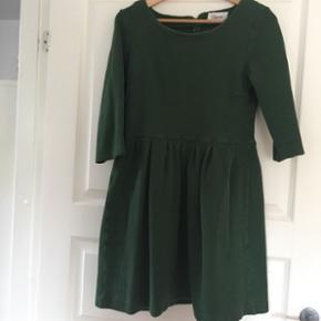 Grøn Ganni kjole i størrelse XL.  Tyk i stoffet, men super blød og lækker at have på. Brugt, men stadig i god stand!