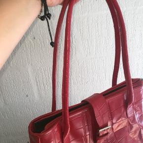 Vildt fin rød taske fra Lysgaard, købt i genbrug. God og rummelig, og er egentlig i meget god stand