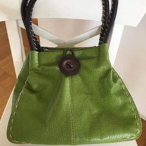 Varetype: Håndtaske Størrelse: 31x26 Farve: Grøn Prisen angivet er inklusiv forsendelse.  Brugt 1 gang . kunstlæder. 3 indv. lommer. Jeg betaler fragt med Dao