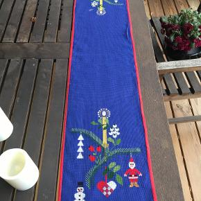 roderet juleløber med alle de klassiske motiver. Har en lille hvid plet (stearin) måler 104x22 cm Pris kr 38.