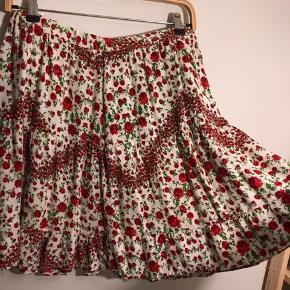 Sød blomstret nederdel med masser a vidde som lynes op i siden. 💐 Det er en DIY fra en gammel H&M kjole som jeg selv har syet om, men den er syet pænt og kan holde til det samme som normalt tøj kan🌺  Den måler 76 i taljen og er desværre ikke justerbar da den lynes op og der ikke er bæltestropper 🌹