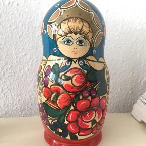 Smuk folklore Babuschka dukke :) OBS den næststørste kan ikke lukke helt - se foto Den største er 21 cm høj og målet 34,5 cm i omkreds det bredeste sted   Har stået til pynt 1-2 år men ellers ikke brugt   Kunst interiør  Indretning bolig Træ blomster blomstret  Russisk stil Rusland  Vintage look boho Retro hygge