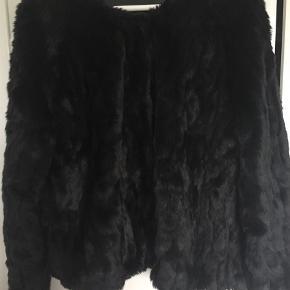 Varetype: Faux fur Farve: sort  Fake fur - brugt et par gange. Bytter ikke. Ser meget ægte ud.