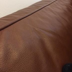 Super fin og velholdt lædersofa  Dybde: 82 cm Højde 62 cm Bredde: 140 cm
