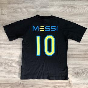 Ultra blød Adidas fodboldbluse / fodboldtrøje med Messi på ryggen.  Den er mega blød ☺️ Den er lidt lille i størrelsen. Der står 140-9/10 år i nakken, men jeg ville sige at den svarer til en str. 8 år. Den fremstår lidt forvasket. Se billederne.  Derfor sælges den til kr. 46,- og der er fri Porto i denne uge.  Se også mine andre annoncer. Har en hel del til drenge.
