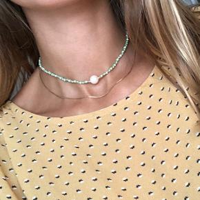 Perle choker halskæde  Pastel farver beige og grøn Ferskvandsperle i midten Lås: forgyldt messing 📐32-34 cm 💮 Prisen er fast og inkl forsendelse med postnord  #trendsalesfund