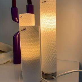Tre flotte Herstal lamper. Alle bruger det samme stik