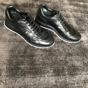 Jeg har ikke dustbags, kasser osv til nogle som helst af de sko, jeg har til salg.. Ser absolut ingen grund til at skulle beholde den slags. Vi kan altid mødes i de respektive butikker og få verificeret ægtheden.