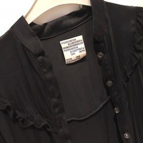 Sælger denne meget lækre, bløde og lette cardigan fra B&P. Den er brugt få gange og er derfor i meget god stand.  Smukke detaljer.