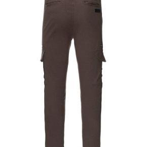 Varetype: Bukser NYE Farve: Gråbrun Oprindelig købspris: 600 kr.  Super fede bukser, sønnen er bare vokset alt for stærkt, så er ikke kommet i brug.  Str L svarer ca. til 32/32 i tommer  Butikspris 600