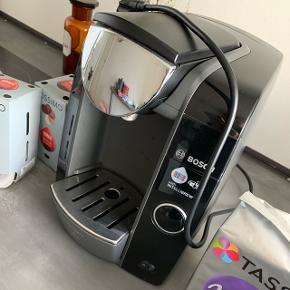 Fuldt funktionsdygtig kaffemaskine sælges da jeg ikke får den brugt. Den sælges med alt hvad der er på billedet i kaffe :)