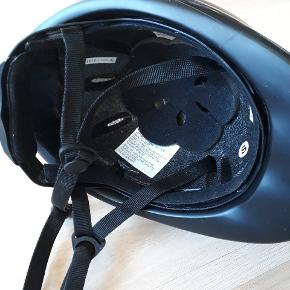 Letvægts sikkerhedsridehjelm fra Harry's Horse i str. S (48-52 cm). God begynder-hjelm, som kan justeres i nakken og har aftagelig, vaskbar liner. Overholder CE VG1 01.040 2014-12 standarden. Den er købt i foråret 2019 og er brugt i ca. et halvt år. Købspris 300 kr.