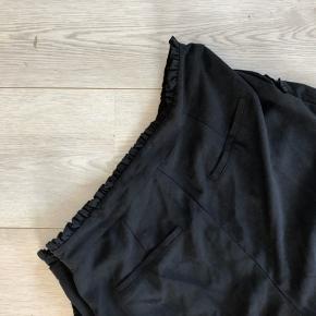 Søde bukser med fine detaljer sælges, aldrig brugt da de er for små til mig 🖤🙌🏼