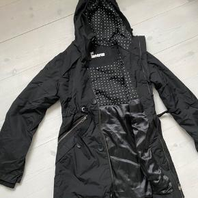 En lidt kortere udgave af den kendte danefæ frakke, den går lige ned og dækker over numsen.