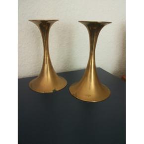2 lysestager i messing. Trompetformede, dansk design ca. 1960'erne. Skal renses og pudses. Ca. 17,5 cm høje og ca. 11 cm brede.