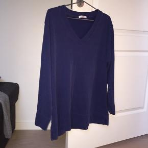 Trøjen er ikke mærket med størrelse, men passer højst sandsynligt en str. M/L