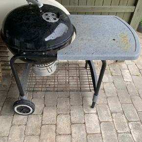Weber-grill med bord, brugt men fungere